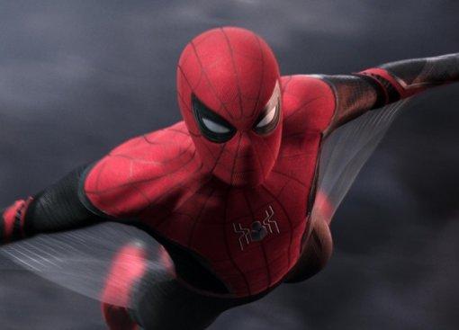 Неловкая ситуация между Человеком-пауком иМистерио нановом кадре «Вдали отдома»