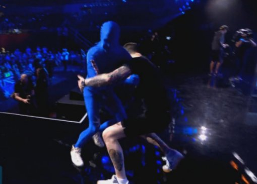 Игрок натурнире поCS:GOвышел насцену встиле WWE, а заодно подрался сохранником