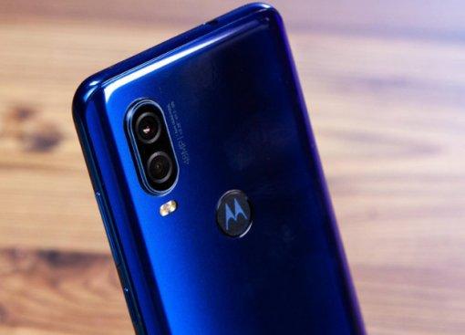 Похож нафлагманы Huawei: опубликованы качественные снимки четырехкамерного смартфона Moto One Pro