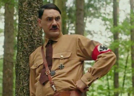 Тайка Вайтити играет Гитлера втрейлере своего нового фильма «Кролик Джоджо» (нет, это непро аниме)