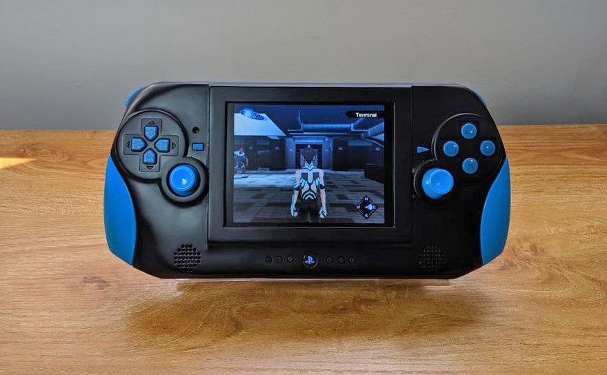 ИзSony PlayStation 2 сделали портативную консоль
