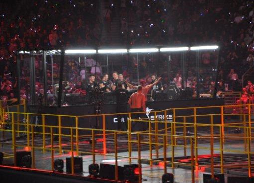 Вфинале «мейджора» поCS:GOфанаты прорвались насцену ибросились кAstralis