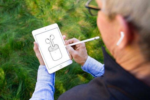 Тиму Куку пририсовали новые наушники AirPods Pro вфотошопе