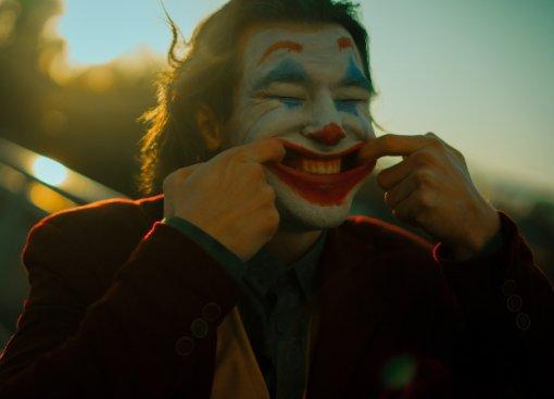 Безумный и грустный Джокер пляшет в новом косплее