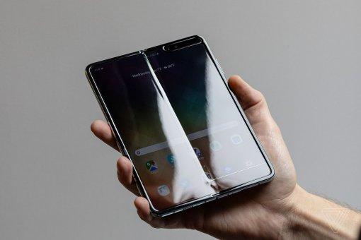 Samsung Galaxy Fold сгибали впрямом эфире, пока флагман несломался