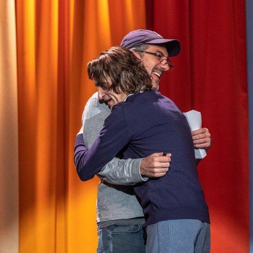Хоакин Феникс обнимается с Тоддом Филлипсом на потрясающих кадрах со съемок «Джокера»