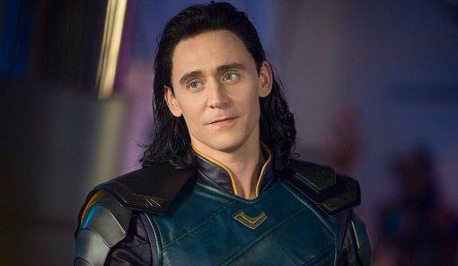 Появились первые фото Тома Хиддлстона насъемках сериала «Локи»
