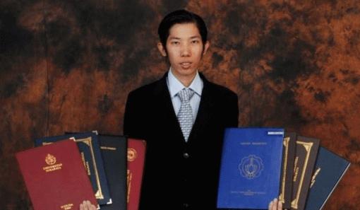История дня: индонезиец получил 32 диплома за20 лет
