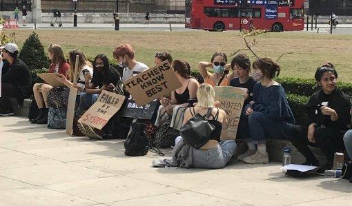Кчерту алгоритм: как британские школьники боролись заправо нахорошие оценки ипобедили