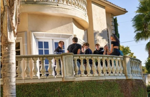 Саша Великолепный выяснил, что такое «Тик Ток Хаус» изачем нужно держать водном месте 20 детей