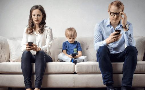 Психолог рассказала, вкаком возрасте можно давать детям гаджеты