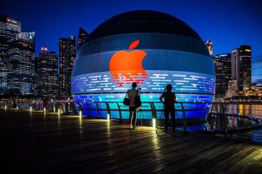 Фото дня: плавающий магазин-шар Apple Store вСингапуре