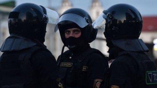 «Выживете невтом веке». Белорусский художник показал, как нейросеть «срывает маски» силовиков