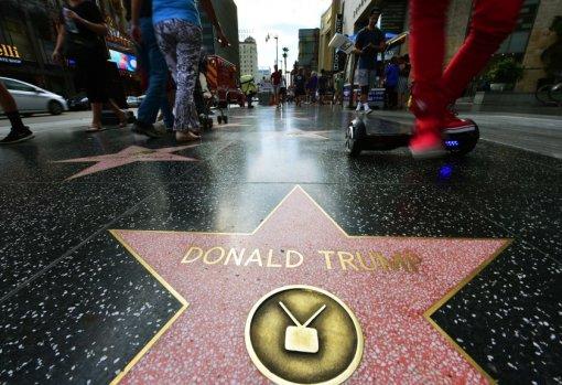 Халк крушить. Человек в костюме зеленого супергероя разбил звезду Трампа в Голливуде