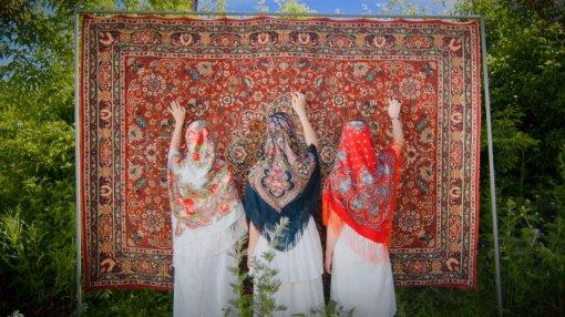 Бодипозитив, гендерное равенство иразнообразие: россияне сняли рекламу павлопосадских платков