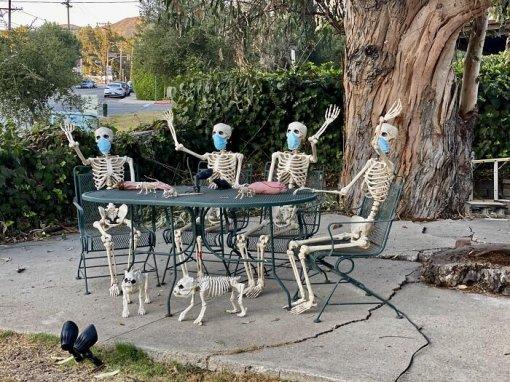 Мемы искелеты вмасках: как украшают дома наХэллоуин в2020 году