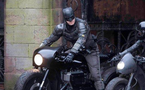 Появились новые фото бэткостюма сосъемок «Бэтмена». Фанаты спорят насчет его кобуры