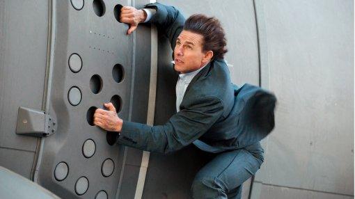 Том Круз катается накрыше поезда. Это видео сосъемок «Миссия невыполнима7»