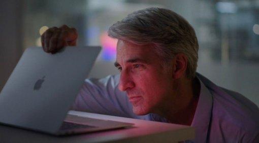 Вице-президент Apple стал героем интернета. Онлюбовно смотрел наMacBook