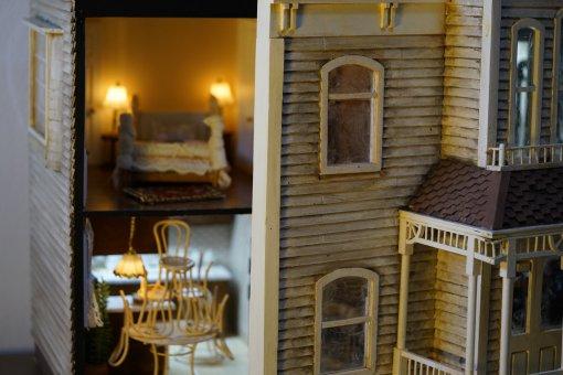 Энтузиаст сделал кукольный домик встиле известных хорроров. Есть комнаты из«Пилы» и«Полтергейста»