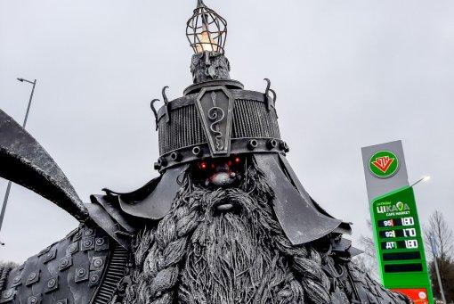 Житель Беларуси построил гнома высотой 3,5 метра изстарых запчастей