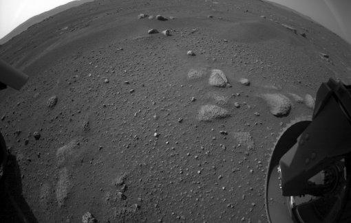 Марсоход NASA прислал на Землю первое видео с Красной планеты