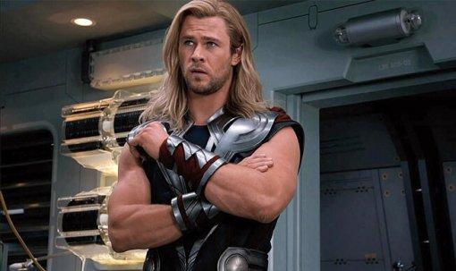 Крис Хемсворт показал, как качает мускулы для роли Тора с«самым ленивым тренером вмире»