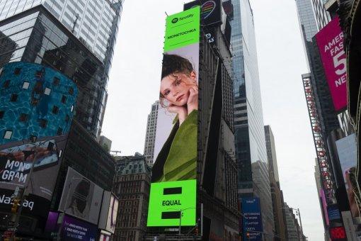 Spotify разместила билборд с Монеточкой в центре Нью-Йорка для поддержки феминизма