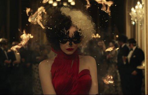 «Круэлла»: нановых фото показали роскошные костюмы изфильма