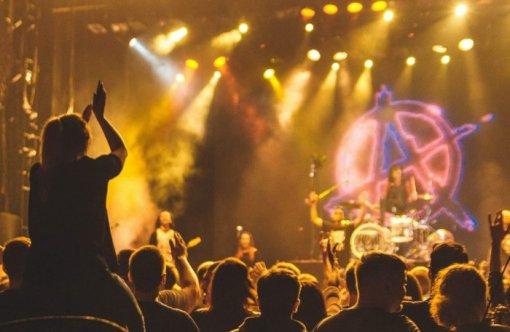 Вакцинированным посетителям концерта в США предложили билеты в 55 раз дешевле