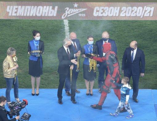 Артём Дзюба получил медаль чемпиона России в костюме Дэдпула