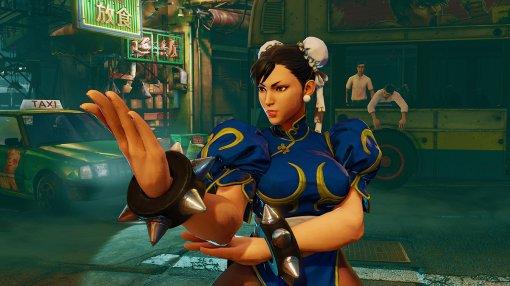 Россиянка показала откровенный косплей на Чунь Ли из Street Fighter в коротком платье