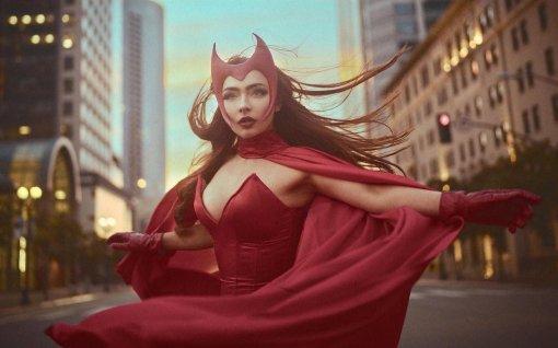 Косплеерша примерила образ Алой Ведьмы из комиксов в боди с декольте