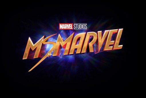 Появились новые фото сосъёмок сериала «Мисс Марвел»— там супергероиня вкостюме