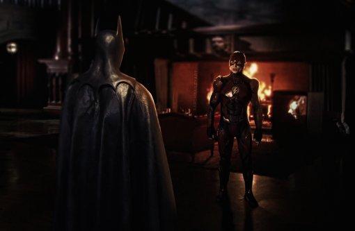 Бэтмен Майкла Китона иполный костюм Супергёрл: вышли новые фото сосъёмок «Флэша»