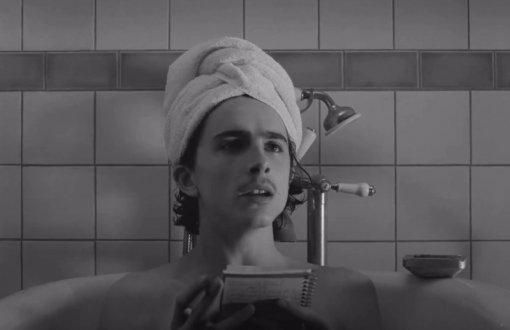 Тимоти Шаламе вванной: вышел отрывок фильма «Французский вестник» Уэса Андерсона