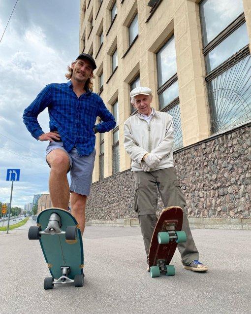 ВПетербурге 73-летний пенсионер прокатился наскейтборде истал звездой соцсетей
