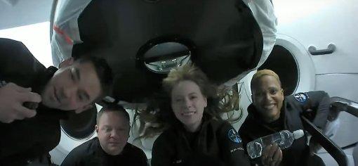 Первый гражданский экипаж SpaceX устроил «шоу талантов» впрямом эфире сорбиты